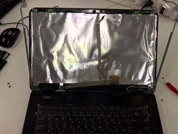 ノートパソコンの液晶画面の上部に白い線が入ってる/DELL(デル) Windows 10のイメージ